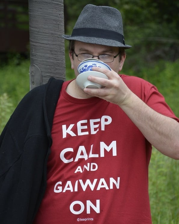 Suspicious gaiwan shirt pose